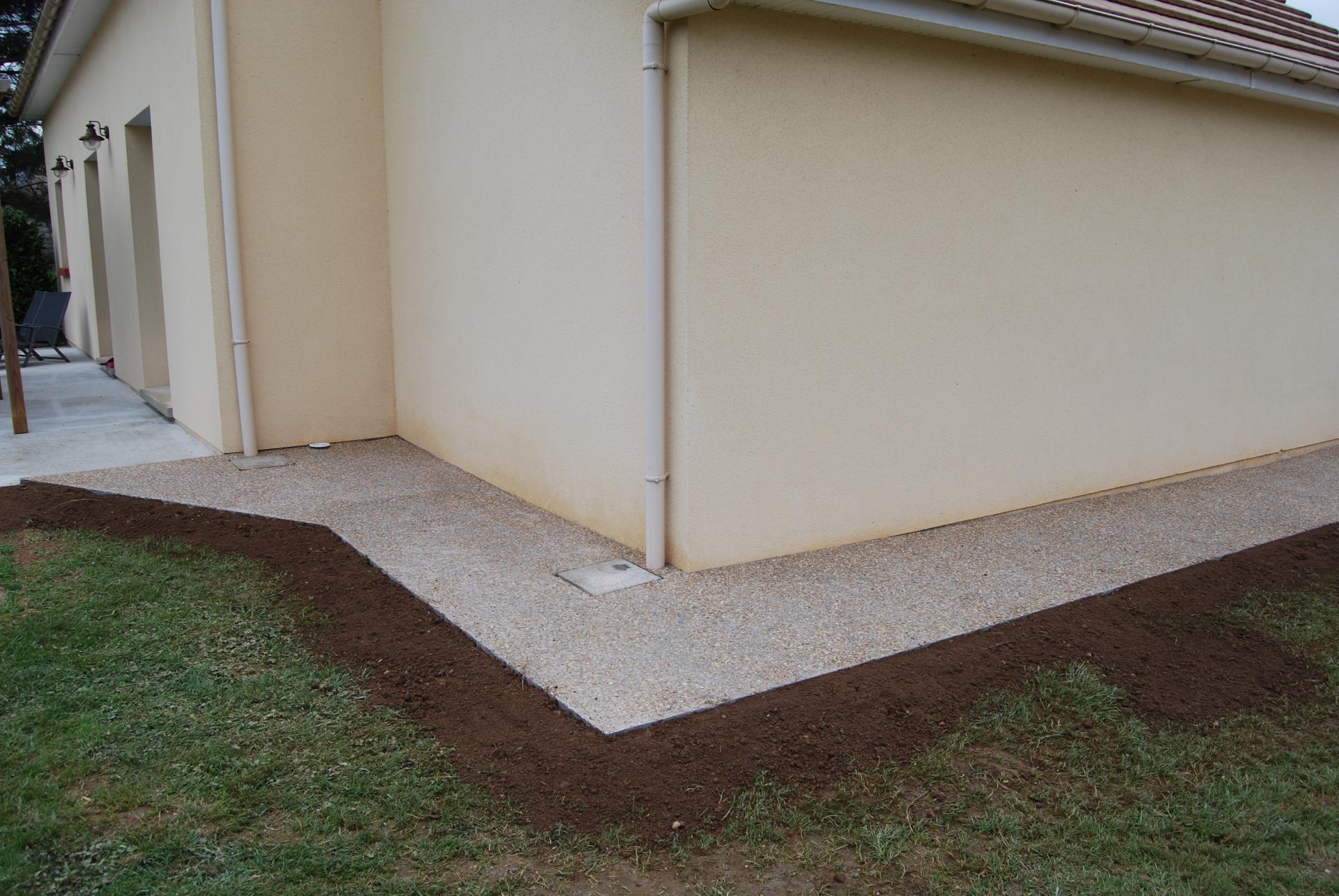 Bordure dall e en bois id e inspirante pour for Peinture terrasse beton avis