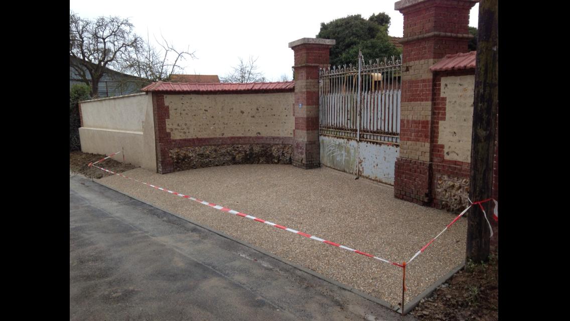 Coulage d'une dalle en béton armé, pose de bordure de trottoir et coulage du béton désactivé