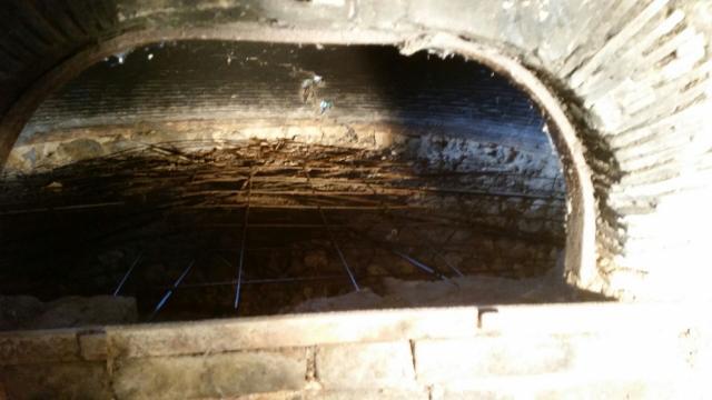 Réparation du fond du four avant pose de brique