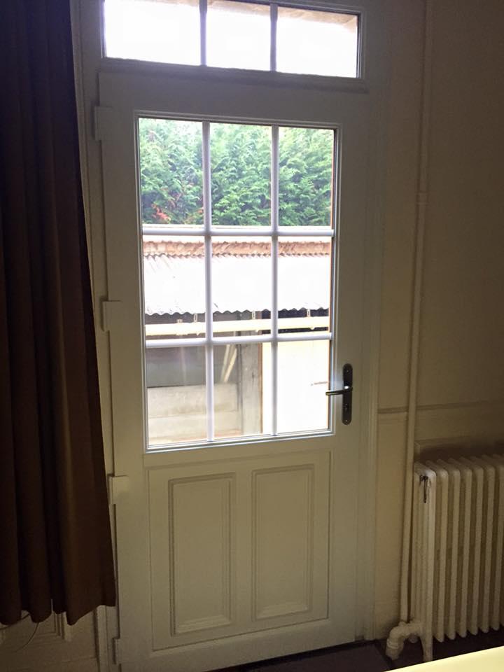 Porte d'entrée en pvc bicolor blanc intérieur et chêne doré à Louviers